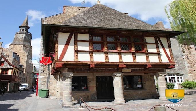 Belle maison à pans de bois, avec colonne de pierre et chapiteau, derrière la tour de l'horloge édifiée par le seigneur de Vaucouleurs. rue de l'horloge.