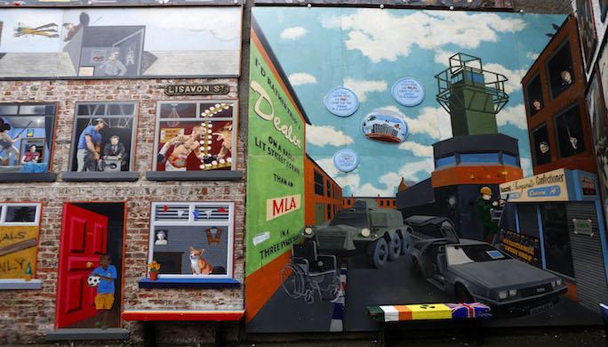 facade-peinte-par-ciran-gallagher-et-danny-devenney-dans-une-cour-de-commercial-court-2