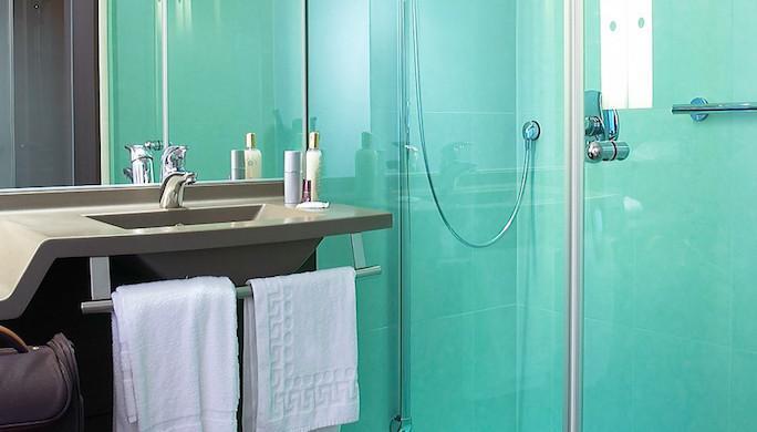 53f76f2577d69_Salle-de-bain-avec-rain-shower---Hôtel-Oceania-Nantes-Aéroport-4-étoiles