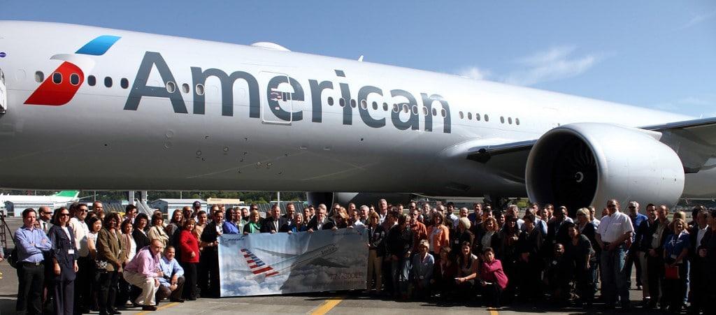 American Airlines (USA) placée sous la loi de protection des faillites (le fameux chapitre 11) 3ème transporteur au monde vient de se voir refuser une fusion avec US Airways par le Département de la Justice (DoJ) qui aurait fait elle le plus gros transporteur au Monde avec plus de 1550 avions. Procés Etat contre les deux Compagnies Aériennes en Nov 2013 ou Janvie r 2014. Affaire à suivre. Sur la photo des invités sur un vol de livraison d'un Boeing 777-300 ER.