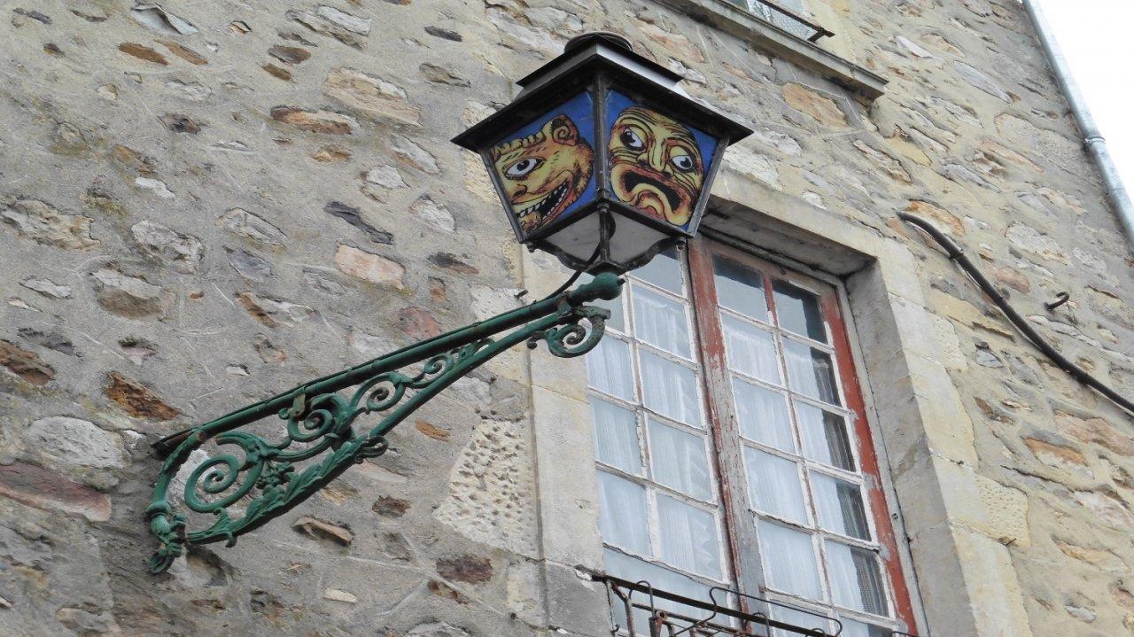 Un lampadaire aux motifs originaux