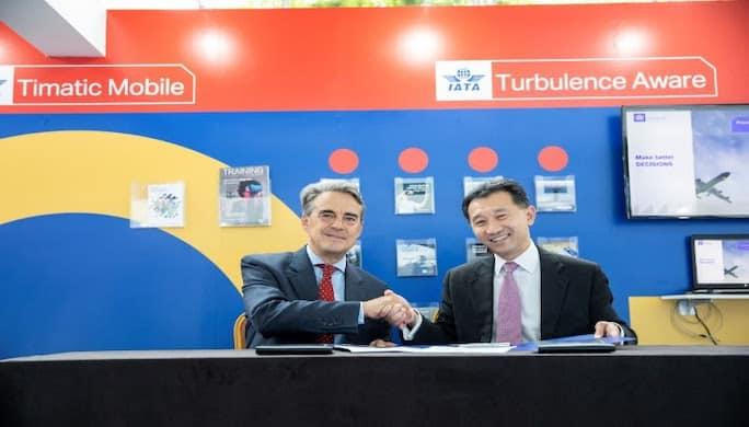 Photo : Alexandre de Juniac, directeur général et chef de la direction de l'IATA, et Jeffrey Goh, PDG de Star Alliance, signent un accord conjoint sur la solution Timatic pour la vérification automatique des documents.