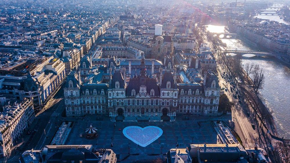 Paris je t'aime toujours , œuvre éphémère de 900m2le Parvis de l'Hôtel de Ville.