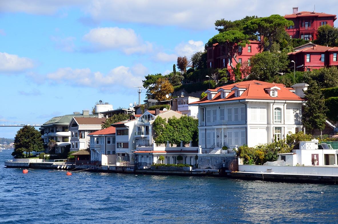 Les yali luxueuses villas qui bordent des deux côtés de la rive le détroit.